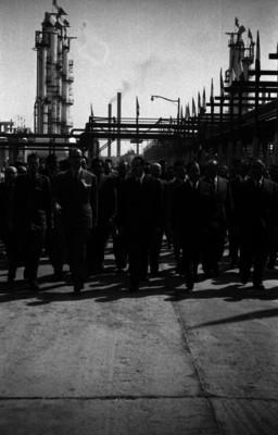 Manuel Ávila Camacho recorre las instalaciones de la refinería 18 de Marzo
