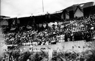 Manuel Ávila Camacho y funcionarios en un festival organizado por la SEP, en el Estadio Nacional