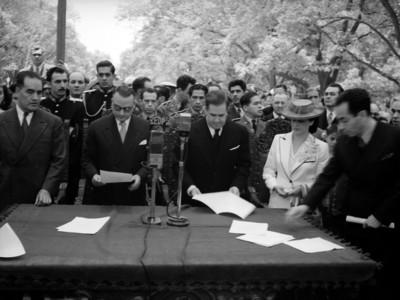 Manuel Avilas Camacho y José Manuel Carbonell con funcionarios en acto político