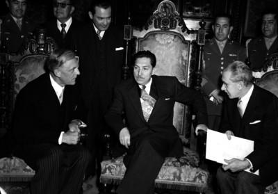 Miguel Alemán Valdés conversando con diplomáticos en Palacio Nacional