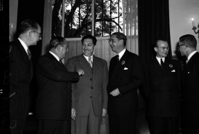 Miguel Alemán Valdés conversando con diplomáticos y funcionarios en Los Pinos