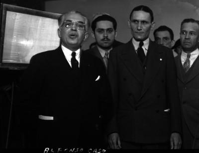 Alfonso Caso acompañado de otras personas