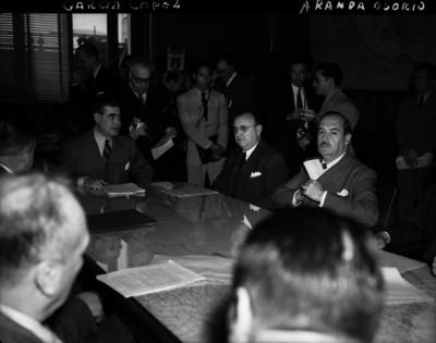 Agustín García López y otros funcionarios en una oficina