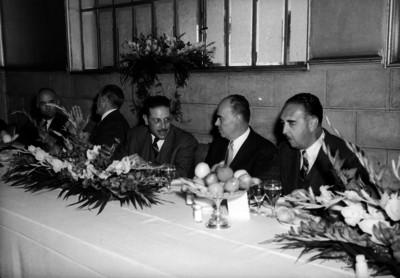 Antonio Díaz Lombardo acompañado de Carlos Novoa y otros funcionarios en un banquete