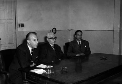 Luis Garrido y funcionarios en una reunión
