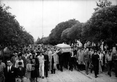 Gilberto R. Limón, Jaime Torres Bodet y funcionarios en un cortejo fúnebre