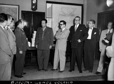 Ignacio Beteta dialogando con Antonio Gómez Velasco en una reunión