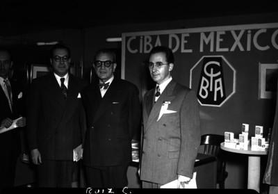 Adolfo Ruiz Cortines y funcionarios en las oficinas de la compañía CIBA de México