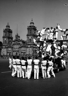 Atletas efectuando una pirámide deportiva