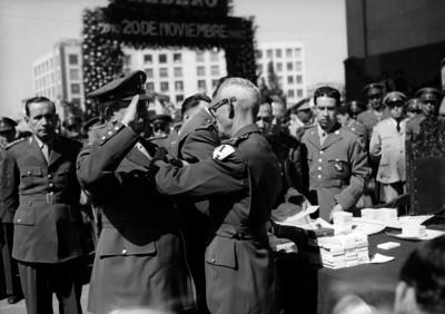 Miguel Alemán Valdés y otras personas en una ceremonia del Colegio Militar