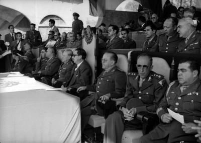Miguel Alemán Valdés acompañado de militares en una ceremonia