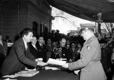 Miguel Alemán Valdés entregando reconocimiento a militares