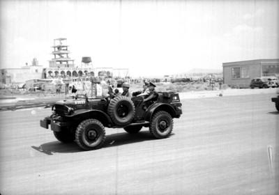Miguel Alemán Valdés y militares abordo de un jeep durnate un recorrido por la base aérea de Santa Lucía