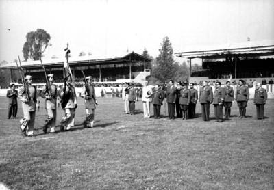 Miguel Alemán Valdés y militares durante una ceremonia en el Colegio Militar