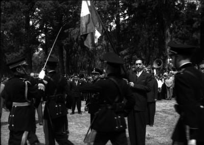 Miguel Alemán Valdés momentos antes de abanderar a militar en el Colegio Militar