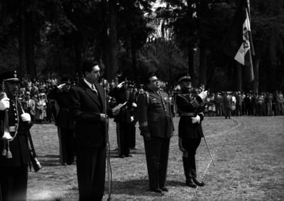 Miguel Alemán Valdés leyendo un documento durante una ceremonia militar en la Escuela de Agricultura de Chapingo