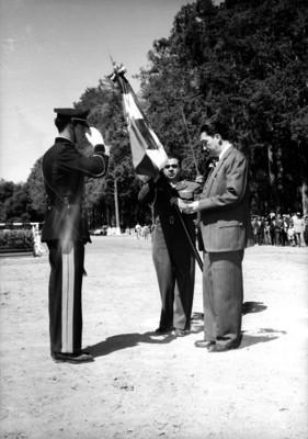 Miguel Alemán Valdés recibiendo una bandera de manos de Santiago P. Piña Soria