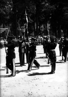 Miguel Alemán Valdés abanderando a una escolta de cadetes de la Escuela de Agricultura de Chapingo