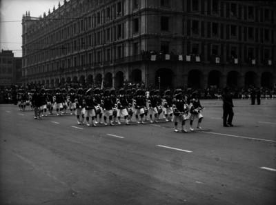 Banda de guerra de mujeres desfilando en el Zócalo de la Cd. de México