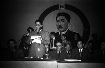 Lider sindical leyendo un documento en una reunión de la C.N.O.P.