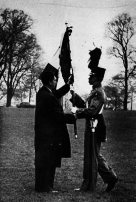 Miguel Alemán Valdés abanderando a un cadete de West Point