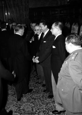 Miguel Alemán Valdés saludando a diplomáticos en Palacio Nacional