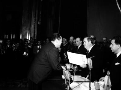 Presidente Manuel Ávila Camacho entrega reconocimiento durante ceremonia en el 2° aniversario de alfabetización