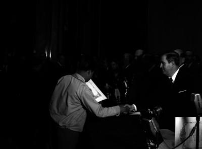 Manuel Ávila Camacho saluda a un hombre durante la entrega de reconocimientos, 2° aniversario de alfabetización
