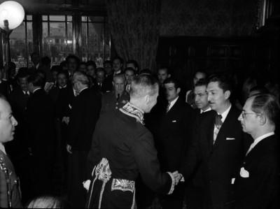 Miguel Alemán Valdés saludándo a un diplomático en Los Pinos