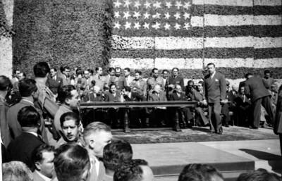 Miguel Alemán Valdés, Harry S. Truman y funcionarios presidiendo una ceremonia