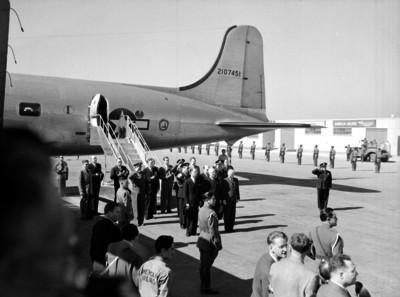 Harry S. Truman y comitiva bajando de un avión en el campo aéreo de Balbuena