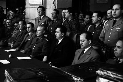 Miguel Alemán Valdés y funcionarios presidiendo una cermonia en el Colegio Militar