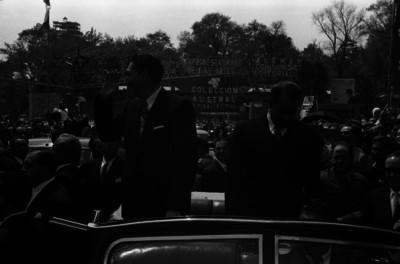 Miguel Alemán Valdés saluda desde el automóvil presidencial
