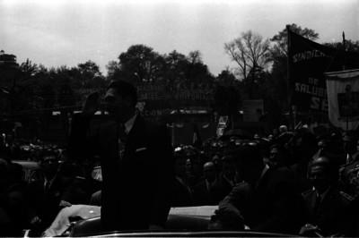 Miguel Alemán Valdés saludando a la multitud desde el automóvil presidencial
