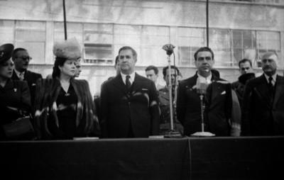 Manuel Ávila Camacho con su esposa y funcionarios en la inauguración de la Escuela Normal