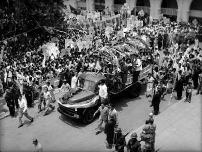 Miguel Alemán Valdés y comitiva en un camión, en su gira por el sureste del país
