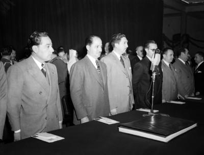 Miguel Alemán Valdés y funcionarios presidiendo la inaugruación de una escuela