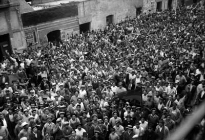 Mitin de trabajadores en una calle, toma en picada
