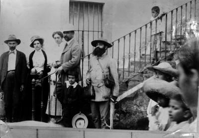 Francisco I. Madero baja las escaleras de una casa