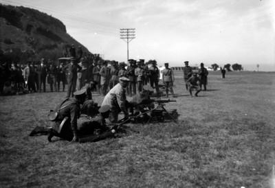 Soldados de infantería realizan maniobras en campo abierto