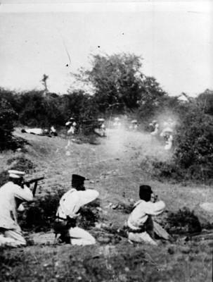 Tropas militares luchan con tropas zapatistas