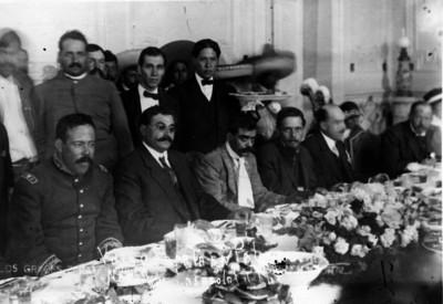 Villa y Zapata durante un banquete ofrecido por Eulalio Gutiérrez en Palacio Nacional