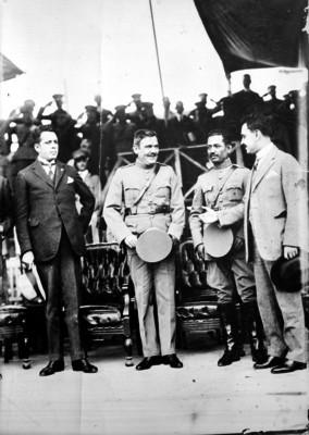 Plutarco Elías Calles conversa con miembros de su gabinete en ceremonia de entrega de Banderas al ejército