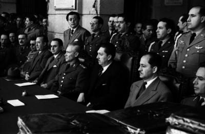 Miguel Alemán Valdés acompañdo de funcionarios y militares durante una ceremonia en el Colegio Militar