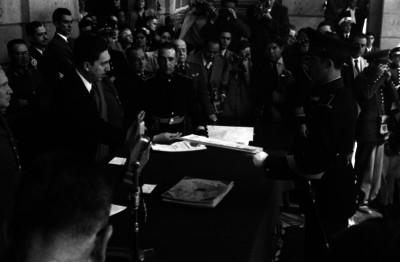 Miguel Alemán Valdés entregando documentos a cadetes en el Colegio Militar