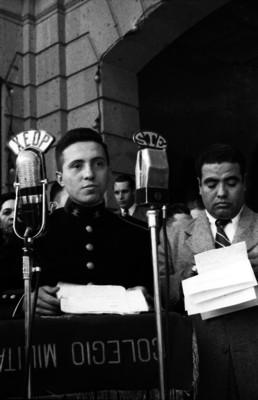 Cadete leyendo un documento durante una ceremonia en el Colegio Militar