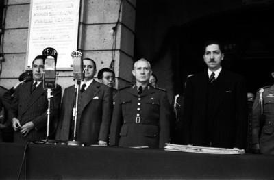 Miguel Alemán Valdés y funcionarios presidiendo una cermonia militar