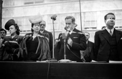 Manuel Ávila Camacho pronucnia un discurso en una ceremonia en la Escuela Normal