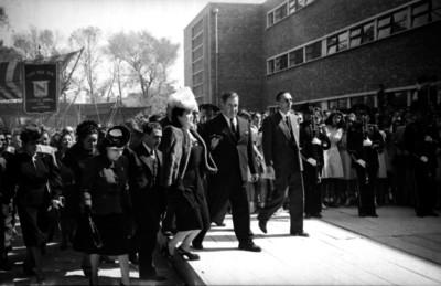 Manuel Ávila Camacho con su esposa y funcionarios en las instalaciones de la Escuela Normal Superior