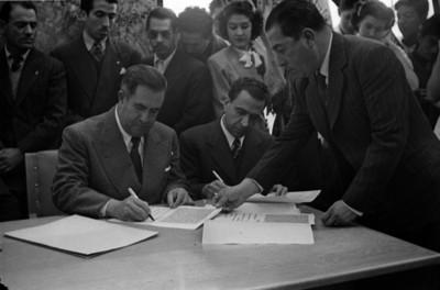 Manuel Ávila Camacho y Jaime Torres Bodet firman documentos en la ceremonia de colocación de la primera piedra de Ciudad Universitaria